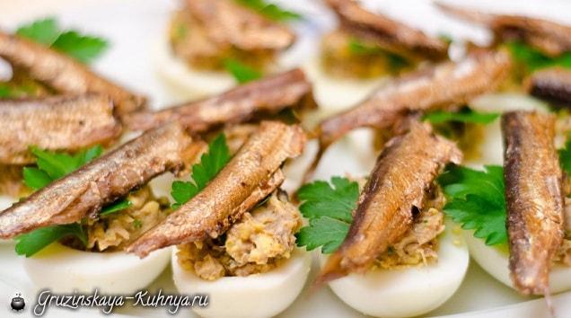 Фаршированные яйца со шпротами (2)