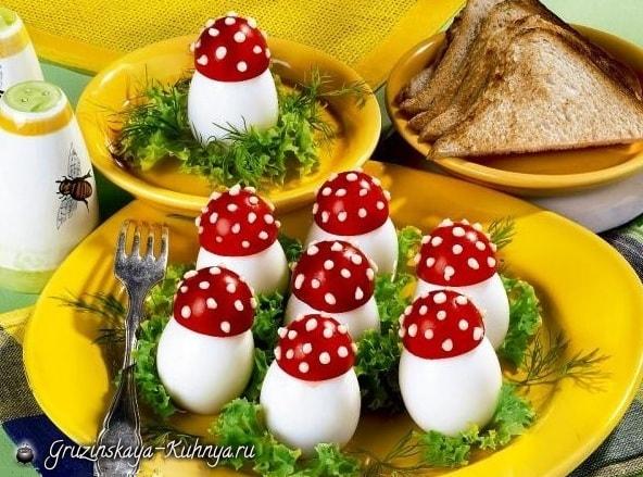Мухоморы - грибочки из помидор и яиц