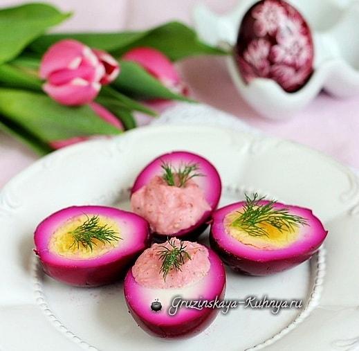 Розовые фаршированные яйца - красивая закуска