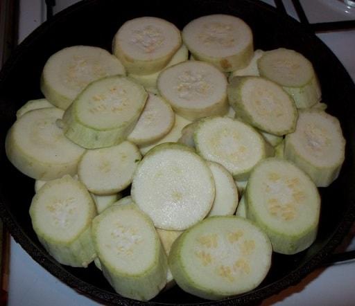 Жареные кабачки с овощами и специями (7)
