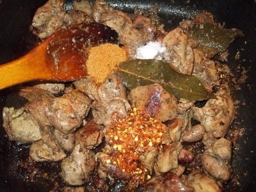Куриная печень с красным луком и грузинскими специями (2)