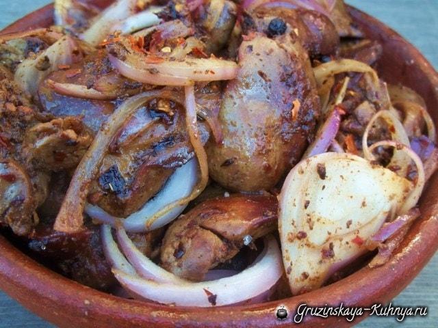 Куриная печень с красным луком и грузинскими специями (3)