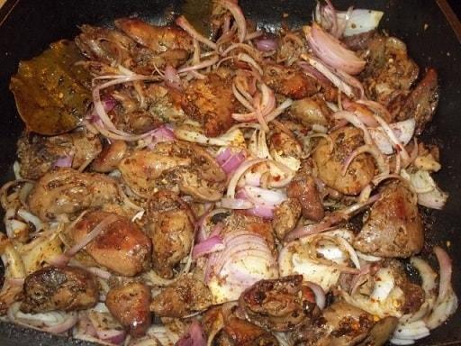 Куриная печень с красным луком и грузинскими специями (7)