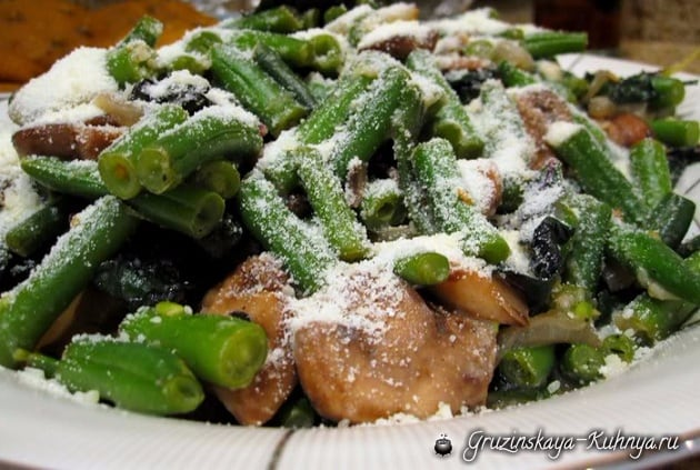 Салат из зеленых бобов с курицей и сыром