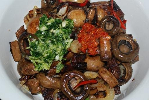 Тушеная говядина с грибами и аджикой