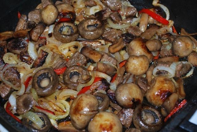 Тушеная говядина с грибами и аджикой (6)
