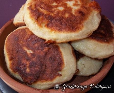 Чвиштари - рецепт кукурузных лепешек с сыром (4)