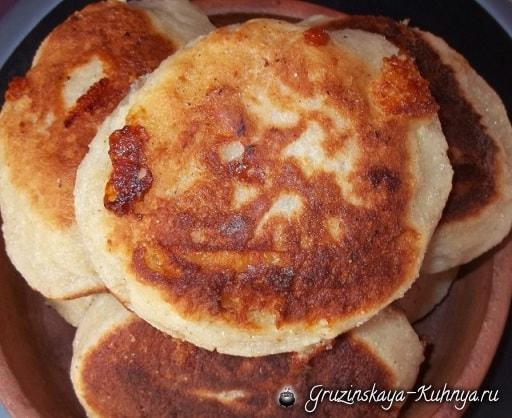 Чвиштари - рецепт кукурузных лепешек с сыром (5)