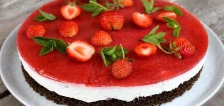 Клубничный торт с маком и творогом