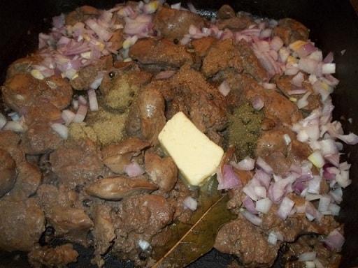 Куриная печень с грецкими орехами и гранатом