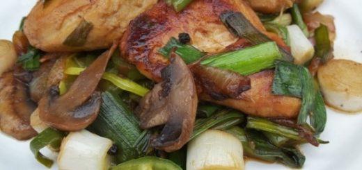 Курица с грибами и зеленым чесноком