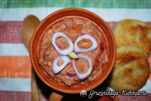 Лобио с грецкими орехами и аджикой (3)