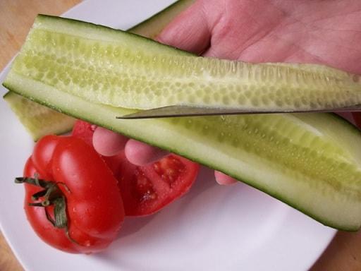 Помидоры и огурцы, фаршированные ореховым соусом (5)