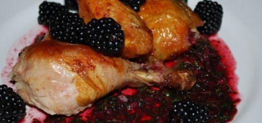 Рачули из жареной курицы с ежевичным соусом