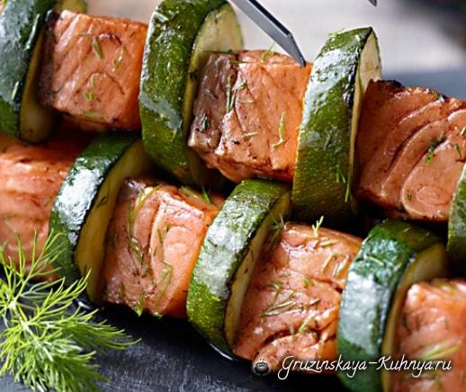 Шашлык из лосося и кабачков
