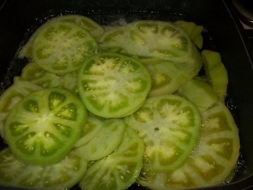 Салат из зеленых помидор с орехами
