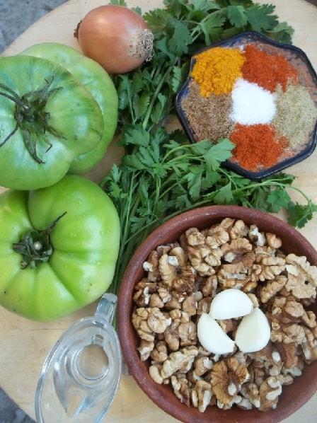 Салат из зеленых помидор с орехами (6)