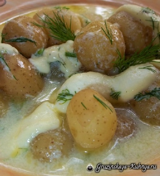 Сливочный суп с молодым картофелем, сыром и сметаной (5)