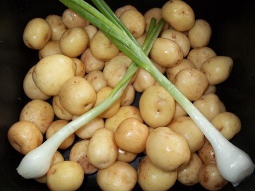 Сливочный суп с молодым картофелем, сыром и сметаной (6)