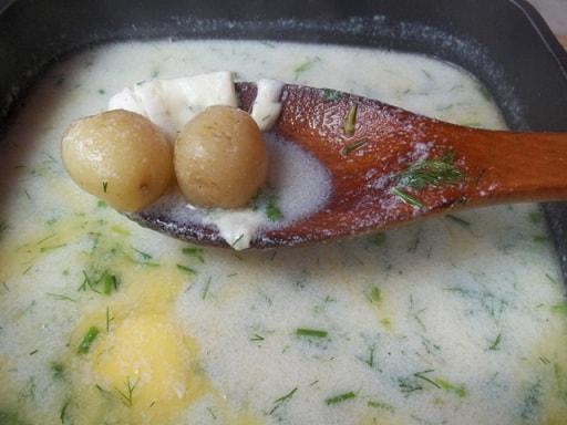 Сливочный суп с молодым картофелем, сыром и сметаной (7)