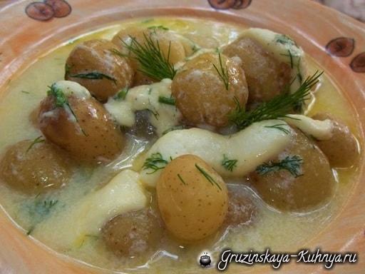 Сливочный суп с молодым картофелем, сыром и сметаной (8)