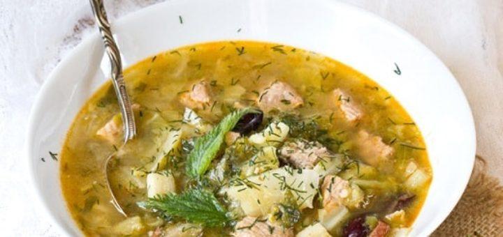 Суп-гуляш с крапивой и молодой капустой