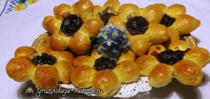 Дрожжевые булочки Вишневые Цветочки