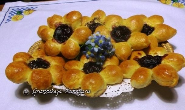 Дрожжевые булочки Вишневые Цветочки (13)