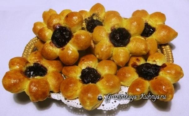 Дрожжевые булочки Вишневые Цветочки (14)