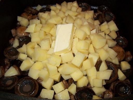 Шампиньоны с орехами и зеленым луком (3)