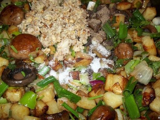 Шампиньоны с орехами и зеленым луком (4)