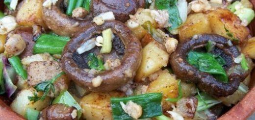 Шампиньоны с орехами и зеленым луком
