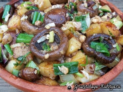 Шампиньоны с орехами и зеленым луком (7)