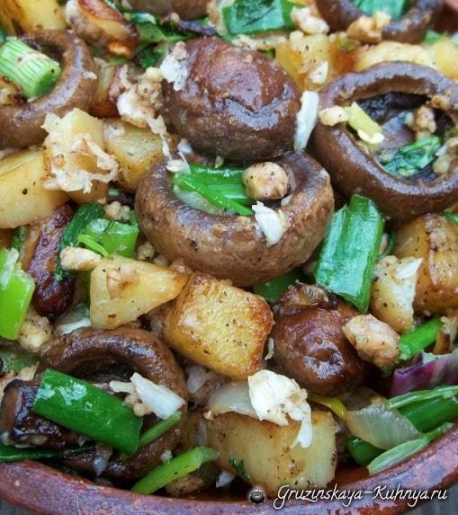 Шампиньоны с орехами и зеленым луком (8)