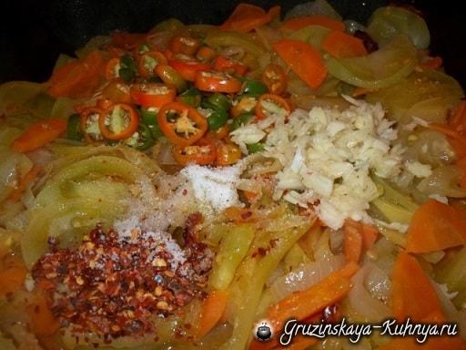 tushenyie-zelenyie-pomidoryi-s-morkovyu-po-gruzinski-2