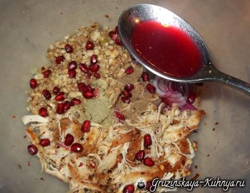 Грузинский салат из курицы с фундуком и гранатом