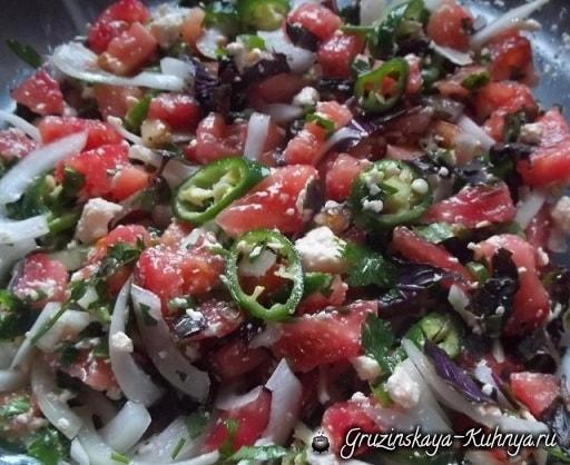 gruzinskiy-salat-s-ovoshhami-i-syirom-2