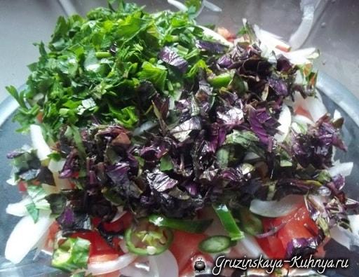 gruzinskiy-salat-s-ovoshhami-i-syirom-5