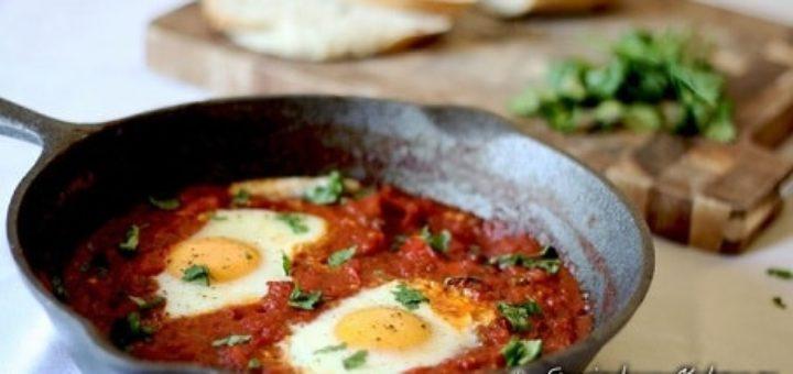 Яичница с сыром, грибами и беконом в томатном соусе (1)