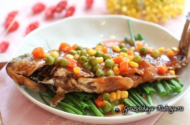 Жареный карп с кукурузой, горошком и соусом (3)