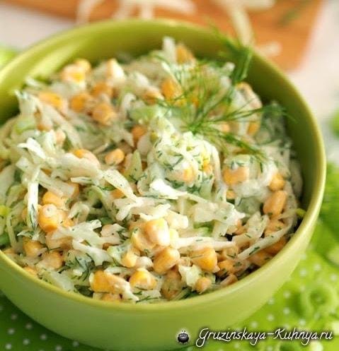 Витаминный салат из капусты с консервированной кукурузой (2)