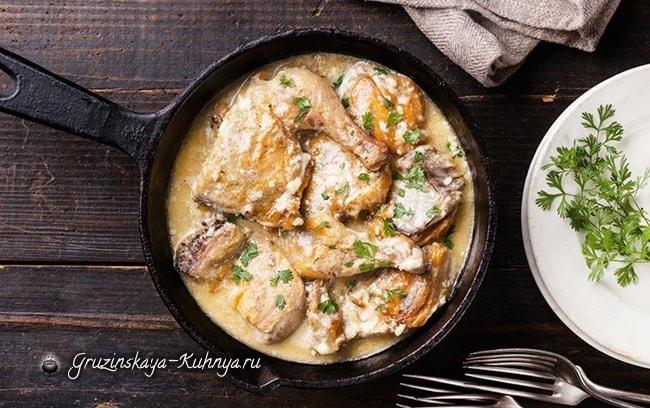 Курица в соусе из ткемали и грецких орехов