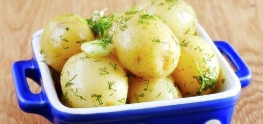 Молодой картофель с маслом и укропом