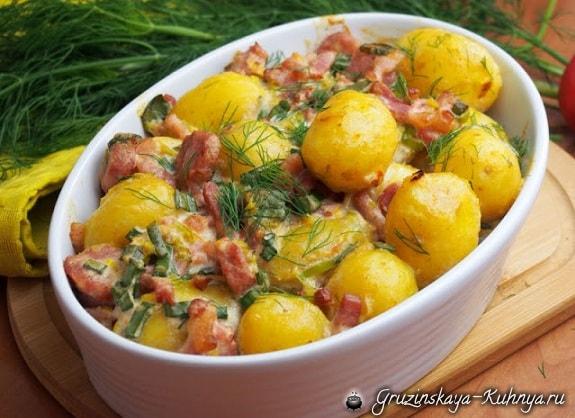 Молодой картофель, запеченный с копчеными колбасками и беконом (2)