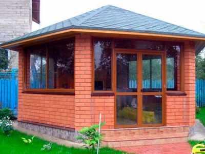 Веранда к дому с пластиковыми окнами - отличная зона отдыха