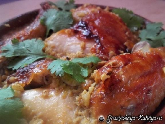 Жареная курица с пряным ореховым соусом из фундука (1)