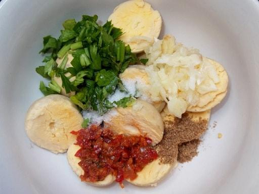 Фаршированные яйца с майонезом и аджикой (1)
