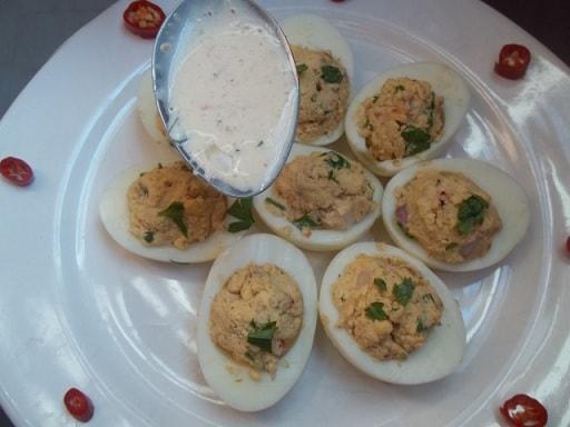 Фаршированные яйца с майонезом и аджикой (5)