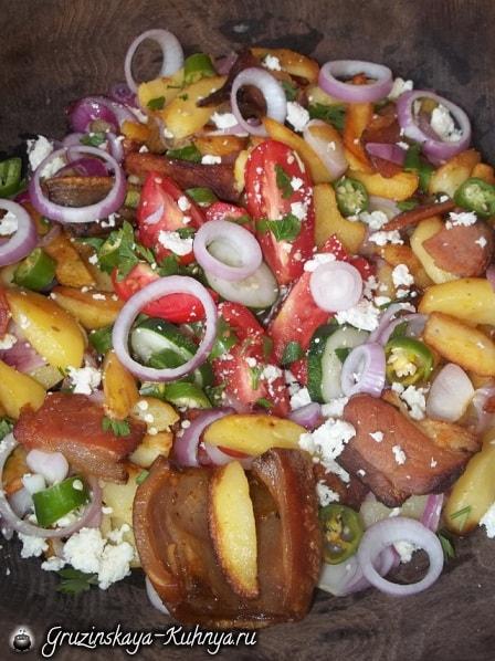 Оджахури из копченого бекона с салатом (1)