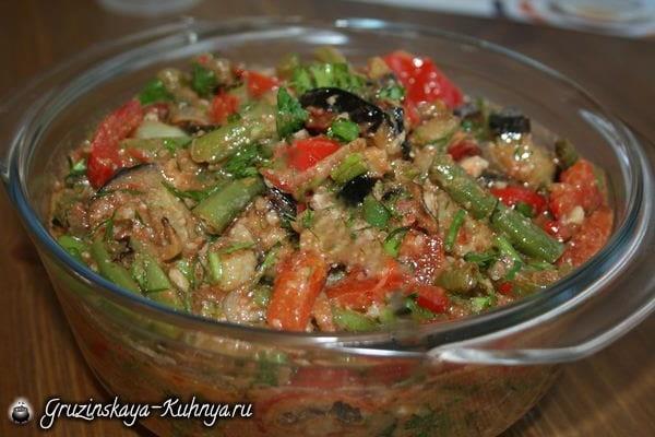 Аджапсандали готовится из тушеных овощей